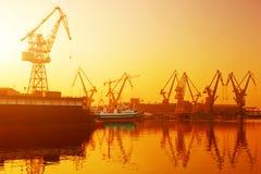 Grues dans le chantier naval historique à Danzig, Pologne Photos stock