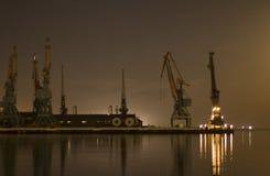Grues dans le port à Bakou Images stock