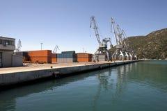 Grues dans le port Photo stock