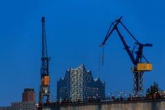 Grues dans le port de Hambourg Photo libre de droits