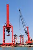 Grues de cargaison au port Photographie stock libre de droits