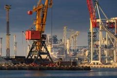 Grues de cargaison, bateaux et dessiccateur de grain de levage en mer Por photos stock