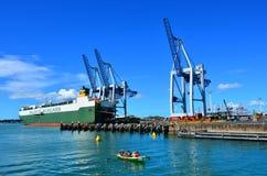 Grues de cargo et de récipient sur le quai de Fergusson Photos libres de droits