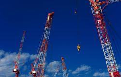 Grues de chantier de construction Photographie stock libre de droits