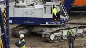 Grues de chantier de construction dans la station de Driebergen clips vidéos