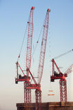 Grues de construction contre le ciel bleu Images stock