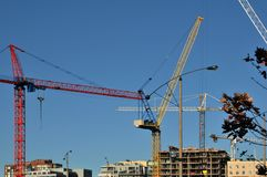 Grues de construction de l'horizon photographie stock