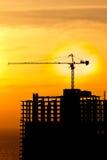 Grues de construction et silhou de construction Photo stock