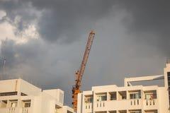 Grues de construction industrielles avec le ciel nuageux image stock