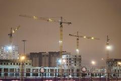 Grues de construction sur le chantier de construction Photos libres de droits