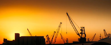 Grues de construction sur le site d'industrie Photographie stock libre de droits