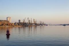Grues de construction sur un rivage de rivière image libre de droits