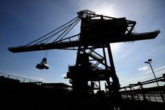 Grues de déchargeuse sur le dock terminal en bloc. Photos stock