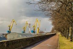 Grues de port dans le Vyborg au ressort Photos libres de droits