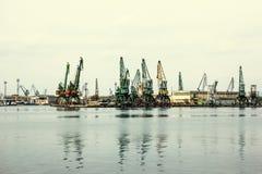 Grues de port de cargaison sur un littoral de ville image libre de droits