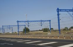Grues de portique sur rail près d'une autoroute ou d'une route photo libre de droits