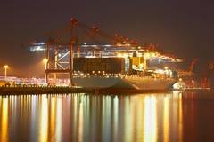 Grues de récipient dans le port de Hamburgs Photographie stock libre de droits