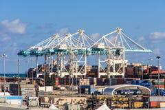 Grues de récipient dans le port de Miami Vue du terminal 1 de bateau de croisière image libre de droits