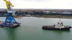 Grues de remorquage pour des récipients Grand navire porte-conteneurs tiré en des remorqueurs De dessus vue aérienne vers le bas  Image libre de droits