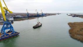Grues de remorquage pour des récipients Grand navire porte-conteneurs tiré en des remorqueurs De dessus vue aérienne vers le bas  Images stock