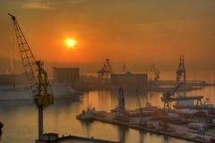 Grues et bateau au port d'Ancona Photographie stock libre de droits