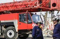 Grues et ouvriers de construction Photographie stock libre de droits