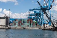Grues et récipients dans le port de Gênes, Italie Photos libres de droits