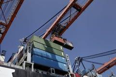 Grues et transporteurs dans le port de Rotterdam Photo stock