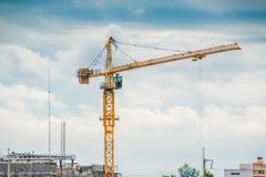 Grues fonctionnant dans la construction. Photo stock