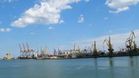 Grues gauches marines, et zone industrielle dans l'avant de cargaison du port commercial de mer d'Odessa en Ukraine banque de vidéos