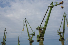 Grues industrielles dans des chantiers navaux de Danzig Image stock