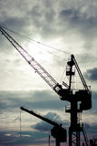 Grues industrielles dans des chantiers navaux de Danzig Image libre de droits