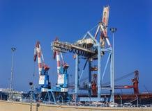 Grues industrielles dans le port de Haïfa Images stock