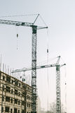 Grues industrielles sur le chantier de construction Photo libre de droits