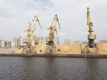 Grues jaunes de port dans le port du nord Photo stock