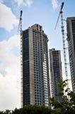 Grues modernes à construction et à tour de résidence image stock