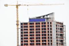 Grues modernes à construction et à tour de résidence photos stock