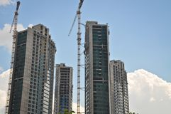 Grues modernes à construction et à tour de résidence photos libres de droits