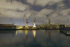 Grues monumentales au lever de soleil dans le chantier naval Image libre de droits
