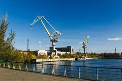 grues près de la rivière dans le port, cargo Images libres de droits
