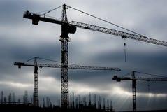Grues sur le chantier de construction Photos stock