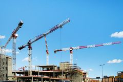 Grues sur le chantier de construction photo libre de droits