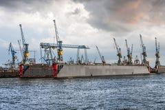 Grues sur un dock flottant à Hambourg Image libre de droits