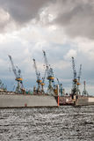 Grues sur un dock flottant hambourg Images libres de droits
