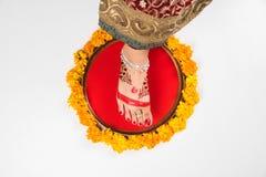 Gruha Pravesh/Gruhapravesh/Griha Pravesh,一个新婚的印地安印度新娘的右脚特写镜头图片浸洗她的适合的 库存照片