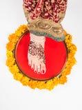 Gruha Pravesh/Gruhapravesh/Griha Pravesh,一个新婚的印地安印度新娘的右脚特写镜头图片浸洗她的适合的 免版税图库摄影
