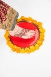 Gruha Pravesh/Gruhapravesh/Griha Pravesh,一个新婚的印地安印度新娘的右脚特写镜头图片浸洗她的适合的 免版税库存图片
