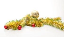 Grußkarte gemacht vom gelben und grünen Lamettarahmen mit roten Weihnachtsbällen Stockfotos
