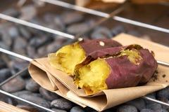 Grula pali purpurowego Japan Na grillu jest popularny naczynie japończyk i past południe Je gorącego w zimnym powietrzu Zimna ulg obrazy royalty free