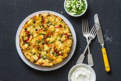 Grule i warzywa tortilla na ciemnym tle, odgórny widok Grule, fasolki szparagowe, dzwonkowi pieprze, zieleni grochy, ser, jajka c fotografia stock